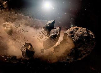 """""""До 2050 года прогнозируется 11 сближений с астероидами до расстояний, меньших среднего радиуса лунной орбиты (385 тысяч километров). Размеры этих объектов находятся в интервале от семи до 945 метров"""", – говорится в прогнозе МЧС на 2015 год, опубликованном РИА Новости. К крупным космическим объектам относятся астероиды, диаметр которых составляет более километра. Как заявлял бывший руководитель Центра """"Антистихия"""" Владислав Болов, поперечник астероида порядка одного-двух километров является пороговым для глобальной катастрофы. Полнота информации о таких астероидах оценивается менее чем в 80%. Сравнительно меньшие объекты также представляют серьезную угрозу Земле, поскольку их взрывы вблизи населенных пунктов в результате ударной волны и нагрева могут привести к значительным разрушениям, соизмеримым с поражением от атомного взрыва. Только по случайности падение в ненаселенный район Тунгусского метеорита в 1908 году не вызвало таких последствий. На Земле известно порядка 120 очень крупных астероидных кратеров, в России самый крупный из них – Попигайская котловина на севере Сибирской платформы. Размеры внутреннего кратера составляют 75 километров, внешнего – 100 километров; катастрофа произошла примерно 36 миллионов лет назад. Падением подобного крупного метеорита некоторые ученые объясняют массовое исчезновение живых организмов, которое произошло около 250 миллионов лет назад. Другой метеорит, по гипотезе Луиса Альвареса, привел к вымиранию динозавров."""