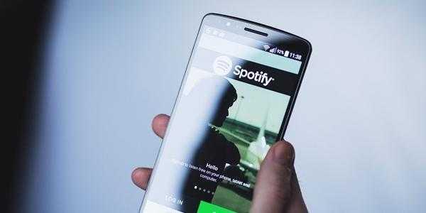 Как в караоке. Spotify начинает отображать слова песен, которые играют