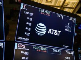 Логотип и цена акций AT&T отображаются на мониторе в полу Нью-Йоркской фондовой биржи в январе 2019 года.