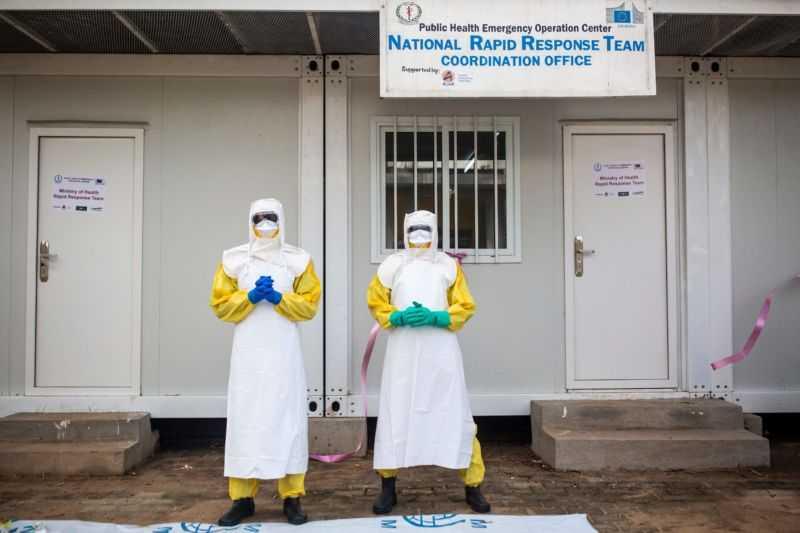 Сотрудники Министерства здравоохранения Южного Судана позируют в защитных костюмах во время учений по подготовке к Эболе, проводимых Всемирной организацией здравоохранения (ВОЗ).