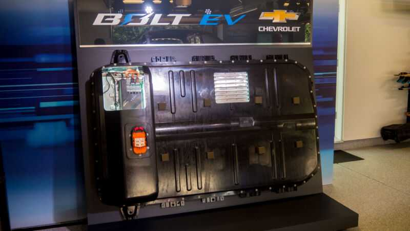 Красочный дисплей для куска металла и пластика размером с два скейтборда, поставленных рядом.