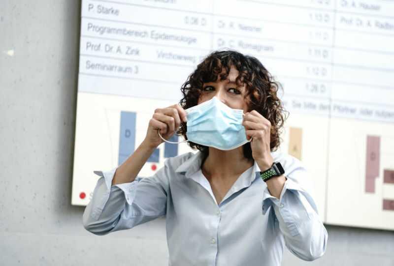 Эммануэль Шарпантье напоминает всем о безопасности пандемии в начале пресс-конференции после объявления ее Нобелевской премии.