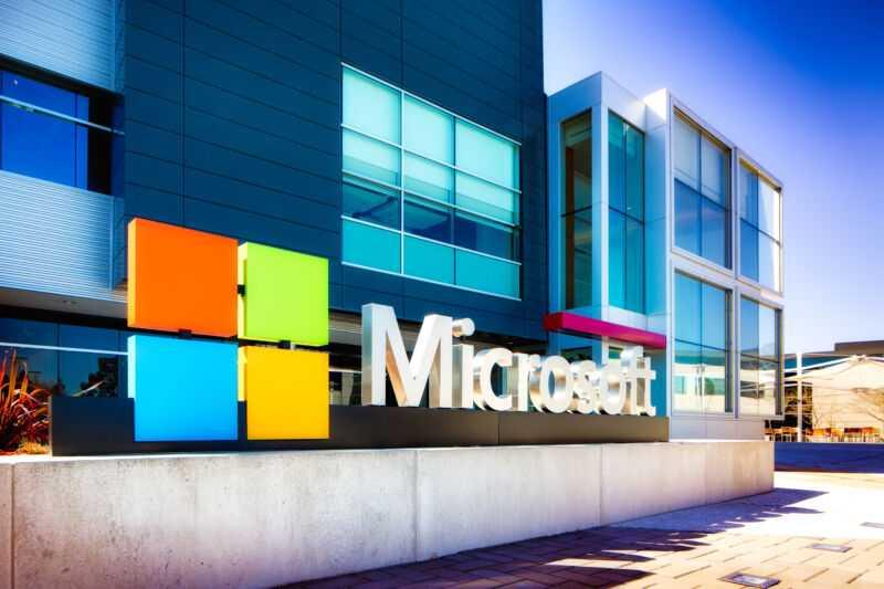 Знак Microsoft у входа в кампус Кремниевой долины в Маунтин-Вью, Калифорния.
