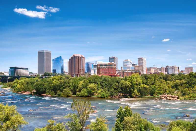 Ричмонд, столица штата Вирджиния, выглядит живописно, если смотреть через реку Джеймс.