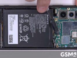 Sony Xperia 5 II в разобранном виде на видео, имеет графитовый лист для охлаждения камер