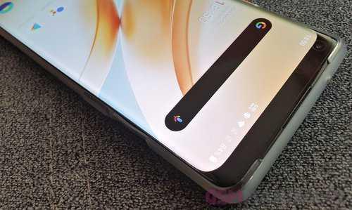 Маскировка отступа в OnePlus 8 Pro выглядит не очень хорошо / фото: gsmManiaK